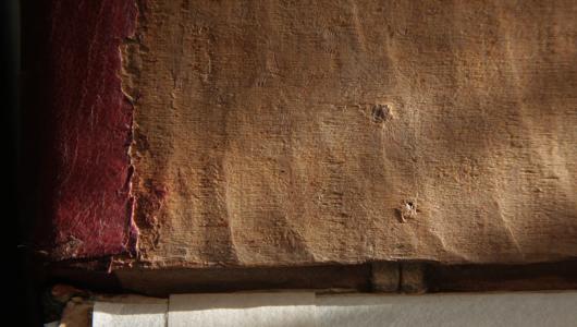 A bordát rögzítő faszegek végei megjelennek a tábla belső oldalán