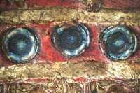 A középdísz belső kettőskör-sor kerete kék színű (10x-es nagyítás)