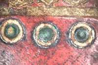 A középdísz belső kettőskör-sor kerete zöld színű (10x-es nagyítás)