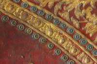 A középdíszt övező keretek. Egy zöldre és egy kékre festett bőrrátét kettőskör-sor fogja közre a tojássort (32. és 33. számú bélyegző), mely az architektonikus felépítésű díszítések jellemző díszítőeleme.