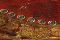A tábla díszítésének sérülése révén jól látható, hogy a kettőskör dísz bőrrátét