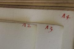 A lapokon a kötésnél korábbi, piros tintás számozás látható