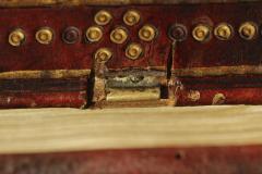 A háttáblára szerelt csatrész a bőrkötésű corvinákon általában a bőr alá bújtatott. A Cod. Lat. 370-en szokatlan módon kivágták a csatok helyét