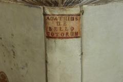 A pergamenszalagok áthúzása nem esik egy vonalba a két nyílásban