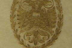 Aranyozott címer a tábla közepén