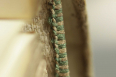 A XVIII. században készült kétszínű oromszegőt vászonalapra hímezték