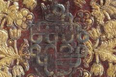 A táblák közepére Mátyás magyar-cseh királyi címerét nyomták, felette a koronával. Később felülnyomással próbálták meg eltüntetni a korábbi tulajdonosra utaló elemeket.