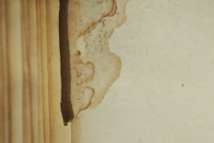 A 72. lap visszahajlott sarka őrzi a könyv körülvágás előtti méretét