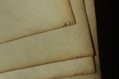 Az ívfüzetek lapjainak sorrendjét jelző, tintával írt betű-szám kombináció