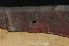 Az egykori láncrögzítés nyoma a háttábla belső oldalán