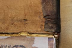 Az oromszegőalap rögzítőszögei átdomborodnak a kötésbőrön
