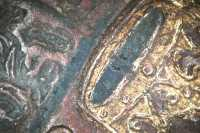 A címer és a korona kék festékkel kiemelt részlete (10x-s nagyításban)