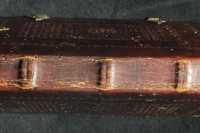 A gerincet vaknyomásos rombuszháló díszíti