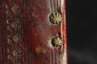 A textilszalagot rögzítő csillagfejű szögek az előtáblán