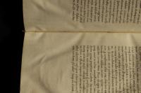 A könyvtest ívközépben futó fűzőszála