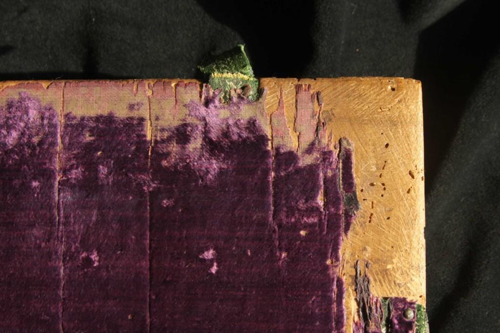 Az előtábla alsó sarka; domborúra kiképzett tábla, reszelésnyomokkal