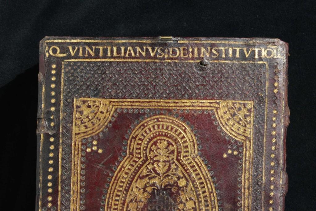A címfelirat a háttábla felső részén