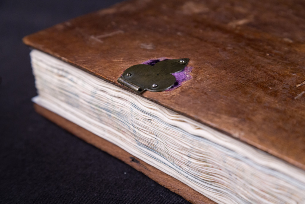 On the fragment of the purple velvet covering, the trefoiled decorative clasp on the right board of Tapezuntius corvina (OSZK Cod. Lat.281) Photo by Máté Török