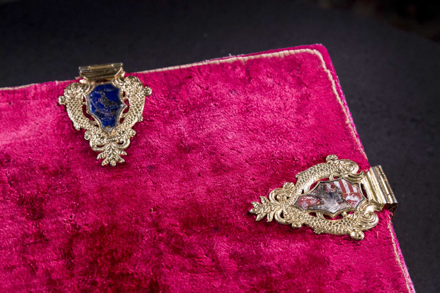 Velvet bindings made in Buda occasionally featured gilded silver clasps, decorated with enamel inlay, just like in the case of Augustinus corvina. Budapest, NSZL, OSZK Cod. Lat. 121.