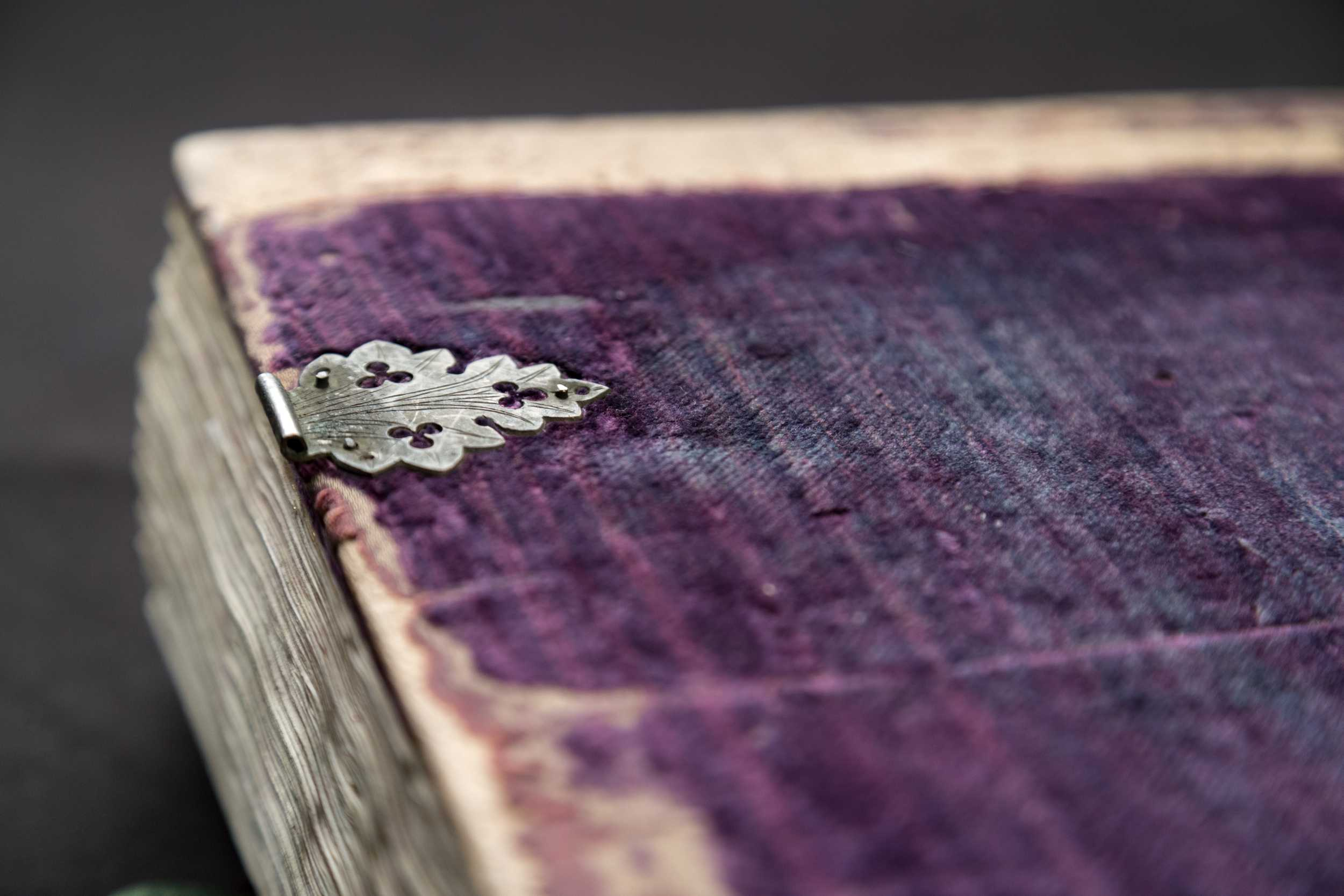 Purple velvet binding with leaf-shaped copper clasps was the characteristic binding type of corvinas that had been bound in Buda. Budapest, NSZL, OSZK Cod. Lat. 241.